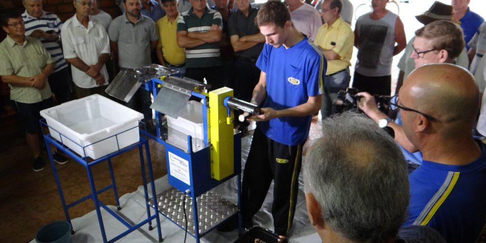 Máquina Descascadora De Mandioca é Demonstrada Em Santa Rosa